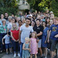 Junaid beim OVIGO Theater - mit Unterstützern