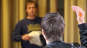 Regisseur Florian Wein bei der Probe