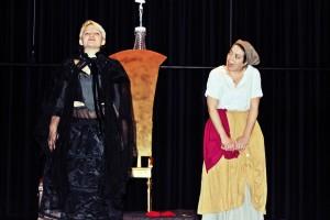 """""""Schneewittchen"""" / OVIGO Theater / Königin mit Hofdame"""