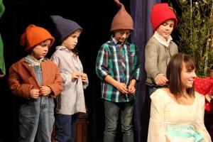 """OVIGO Theater, """"Schneewittchen"""", Lisamarie Berger mit Zwergen"""