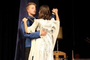 """OVIGO Theater, """"Schneewittchen"""", Johannes Rahm mit Lisamarie Berger"""