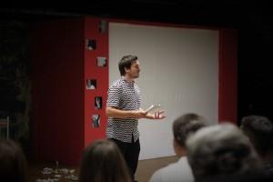 Regisseur Florian Wein mit einer Ansprache