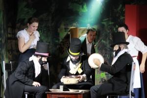 """Erich Wein als Zimmerherr (rechts) in """"Die Verwandlung"""" (OVIGO Theater 2016)"""