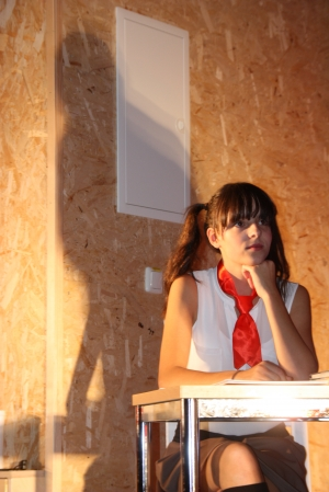 """OVIGO Theater, """"Die Unterrichtsstunde"""", Lisamarie Berger als Schülerin"""