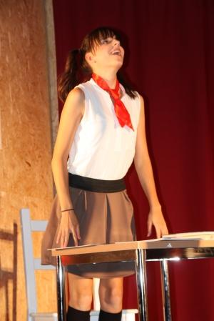 """OVIGO Theater, """"Die Unterrichtsstunde"""", Lisamarie Berger als tüchtige Schülerin"""