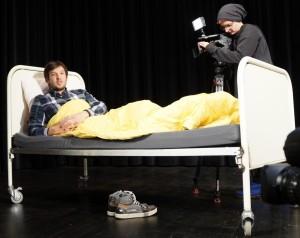 Regisseur Florian Wein gibt ein Interview im Bett