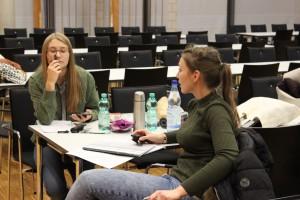 """Julia Ruhland bei der Probe (""""Schneewittchen"""") - mit Sophia Zimmermann"""