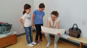 Julia Ruhland mit Geschenk der OVIGO-Kids