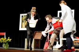 """""""Übergabe"""" auf der Neunburger Bühne (""""Der Gott des Gemetzels, OVIGO Theater 2015)"""