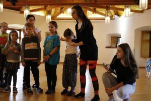 Leiterin des Kinderensembles: Theresa Weidhas