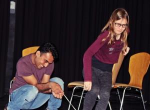 Junaid Bajauri mit Denise Gießübl bei der Impro