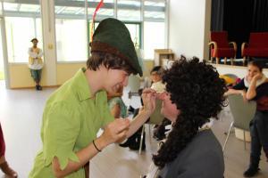 Kurios: Peter Pan schminkt Hook!