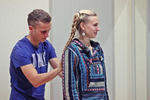 Michael Bauer und Katja Girr bei einer Aufwärmübung (BFD, OVIGO Theater)