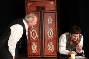 "André Gießübl (rechts) als Cratchit (""Scrooge"", OVIGO)"
