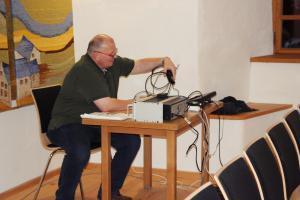 """Roland Fritsch beseitigt den Kabelsalat in Burgtreswitz (für """"Mein Freund, der Schrank)"""